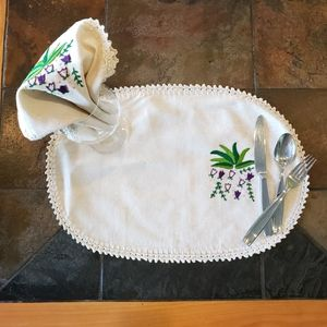 Embroidered linen placemat/napkin set